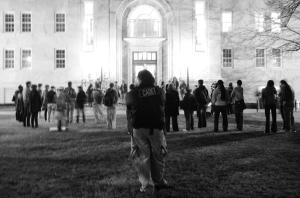 Un des plusieurs policiers qui surveillait les étudiants partisans au dehors d'un rencontre avec les étudiants, le Président, et le doyen du Collège en janvier 2012.  (Evan Mah, The Emory Wheel)