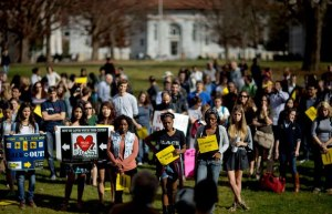 Manifestation sur campus le 4 déc, 2012. On a occupé le bureau du président pour montrer notre opposition aux mesures d'austérité promulguées par l'administration. (David Goldman, AP)